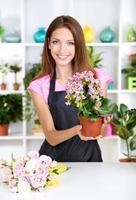 florista de menina bonita na loja de flores