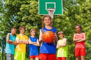 menina com bola e amigos internacionais para trás foto