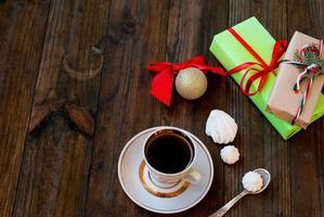 xícara de café preto e um presente