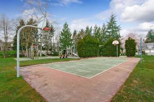quadra de basquete e playground para crianças foto