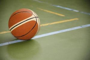 bola de basquete no parquinho foto