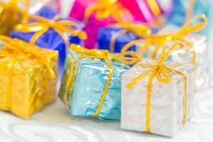 caixas coloridas e listradas com presentes laço amarrado