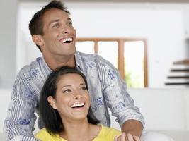 jovem casal alegre