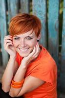 menina de cabelo vermelho sorrindo alegremente