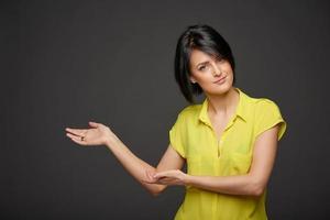 mulher mostrando cópia espaço foto