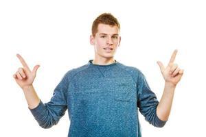 homem mostrando cópia espaço apontando com os dedos foto