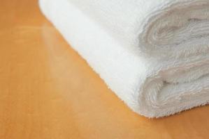 toalha branca no painel de madeira com espaço de cópia foto