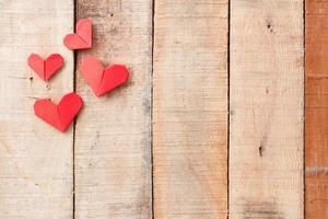 corações de origami em fundo de madeira com cópia-espaço foto