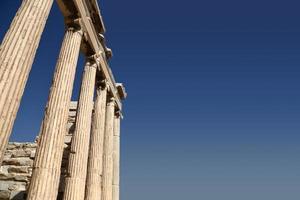 ruínas isoladas no céu azul com cópia-espaço foto