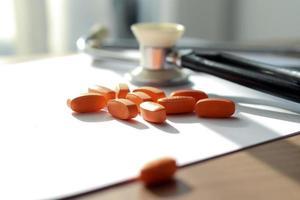 pílulas de laranja, prescrição e estetoscópio foto