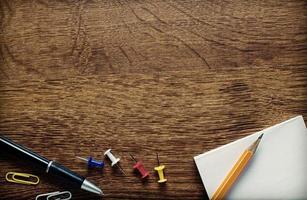 suprimentos na mesa de madeira com cópia-espaço acima foto