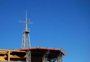 heliporto com cópia espaço e céu azul de fundo