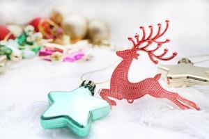 fundo de Natal com bugiganga vermelha e copie o espaço foto