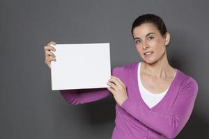 atraente mulher de 30 anos fazendo um anúncio de espaço de cópia foto