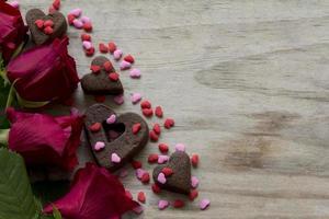 rosas coração cookies e granulado com espaço de cópia foto