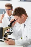 técnicos que realizam pesquisas em laboratório