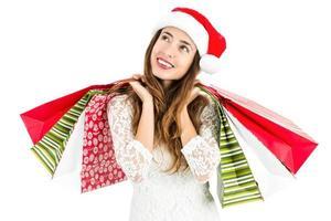 mulher de Natal com sacos de compras, olhando para copiar o espaço foto