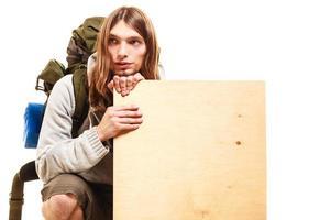 mochileiro de alpinista de homem com anúncio de espaço em branco de cópia de madeira foto