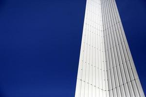 geometria moderna de metal com espaço de cópia do céu azul foto
