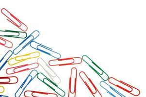 clipes de papel coloridos isolados no branco com espaço de cópia