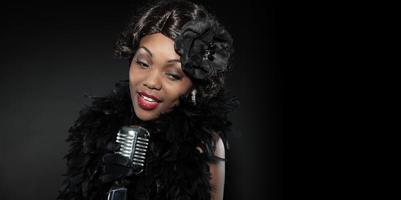 mulher de jazz vintage cantando. afro-americano preto. copie o espaço. foto