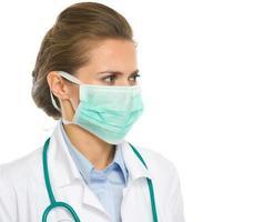 médico mulher de máscara olhando no espaço da cópia foto