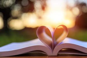 fechar o livro na mesa na hora por do sol foto