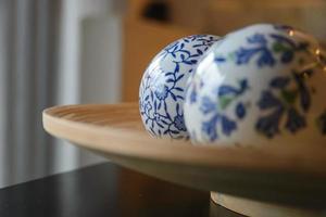 bolas de cerâmicas na placa de madeira para decoração com espaço de cópia
