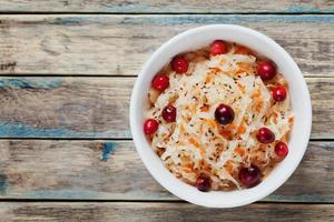 chucrute ou repolho azedo com cranberries com espaço de cópia de texto foto