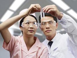 profissionais médicos asiáticos no trabalho foto