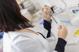 jovem mulher no laboratório médico foto