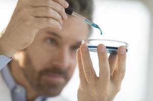 profissional médico, realizando testes em laboratório foto