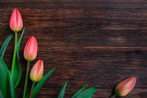 tulipas vermelhas flores na mesa de madeira. vista superior, copie o espaço.