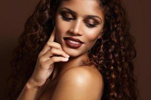 linda mulher latina com uma maquiagem marrom quente foto