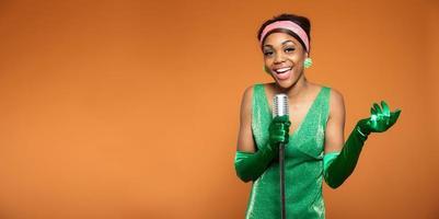 mulher de jazz alma vintage cantando. afro-americano preto. copie o espaço. foto