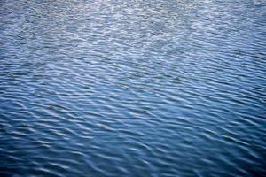 a onda na água