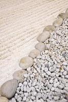 jardim japonês de areia e pedra foto