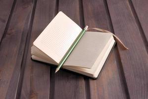 lápis dentro de um caderno foto