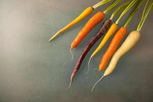 cenouras coloridas inteiras foto