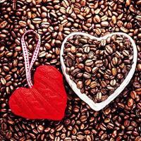 amo café no dia dos namorados. fundo de feijão assado foto