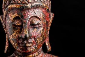 estátua de Buda em fundo preto foto