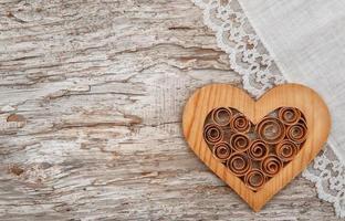 coração de madeira e tecido de linho na madeira velha foto