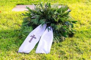 coroa de flores com banners, cópia espaço foto