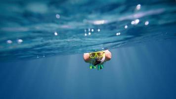 retrato subaquático de uma mulher de mergulho foto