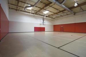 quadra de basquete no ginásio foto