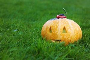 abóbora sorridente de halloween com espaço de cópia de texto foto