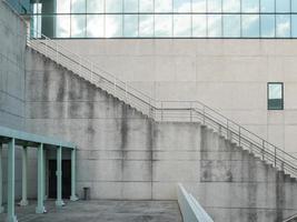 perspectiva da empresa de construção e escadas com espaço de cópia foto