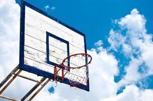 cesta de basquete com céu azul foto