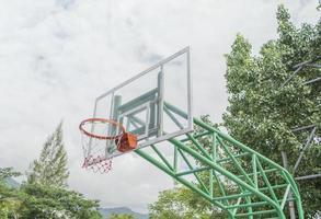cesta de basquete carrinho no playground foto