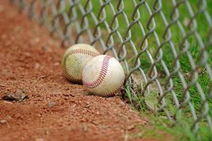 duas bolas de beisebol na cerca foto